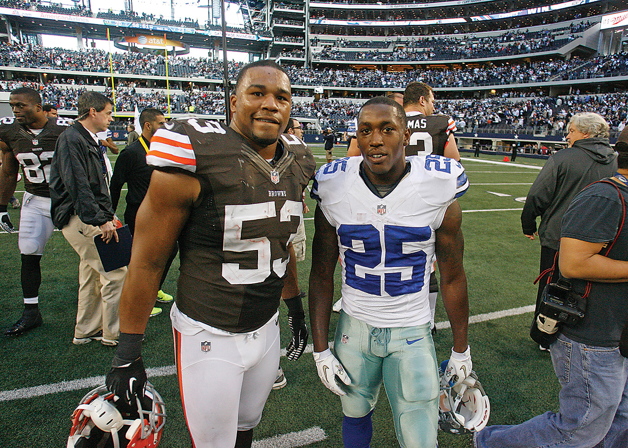 Former teammates Craig Robertson and Lance Dunbar took time for a photo after the game. (Photo by James D. Smith/Dallas Cowboys)