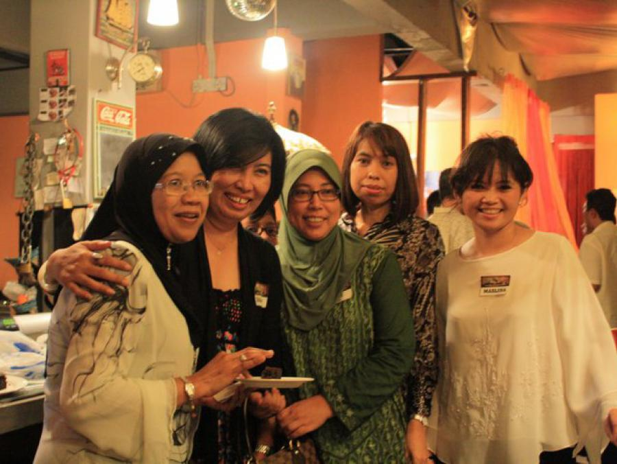 <p>Malaysian and Indonesian UNT alumni standing</p>